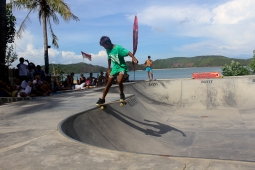 Barefoot bowl riders ripping it in the Turkey Bowl – Gerupuk Skate Classic III!